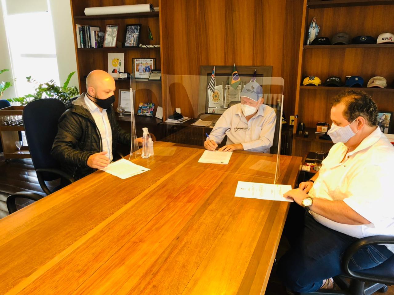 Prefeito Airton Garcia reunido para definição de decreto - Foto: Divulgação/Prefeitura de São Carlos
