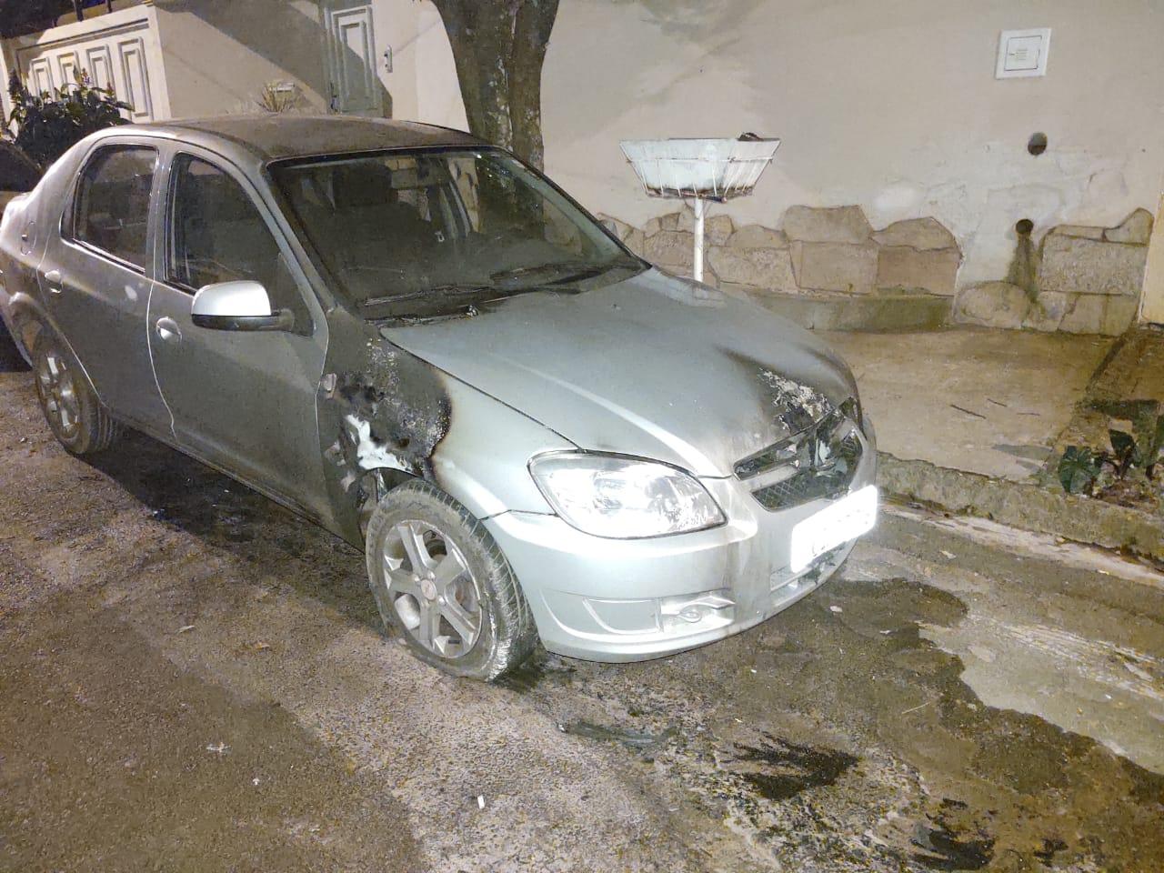 Chevrolet Prisma parcialmente queimado