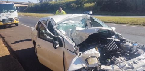Carro bate na traseira de caminhão carregado com etanol e deixa motorista ferido