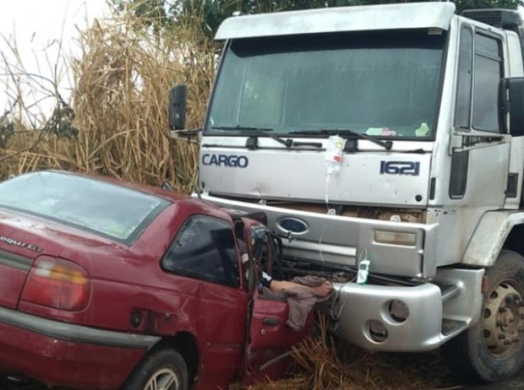 Carro bate de frente com caminhão em vicinal da região