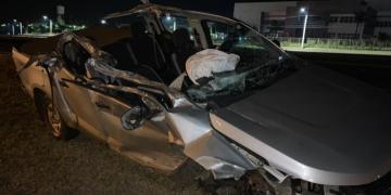 Caminhonete bate na traseira de caminhão na Rodovia Washington Luís, em Araraquara