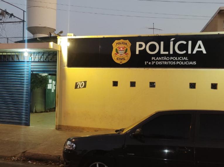 Motorista é surpreendido por criminosos e leva soco no rosto