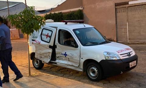 Após acidente, jovens furtam ambulância com paciente dentro para fugir de briga
