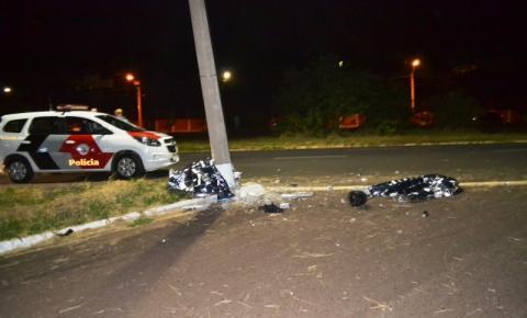 Dois jovens morrem após moto bater violentamente em poste