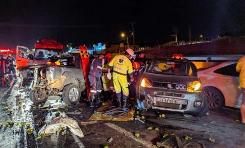 Engavetamento entre 8 veículos deixa vários feridos e Bombeiros fazem resgate dramático