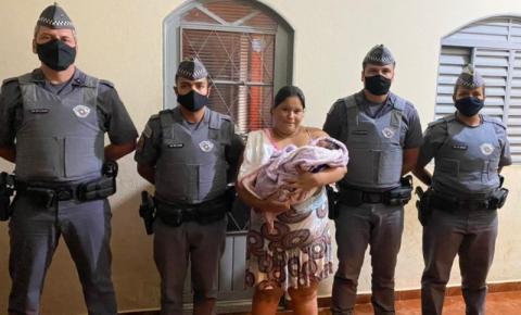 Policiais salvam vida de bebê de apenas 1 mês que estava engasgada