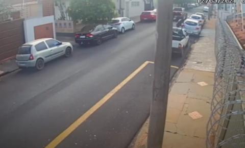 Vídeo mostra homem sendo assassinado a golpes de facão no Centro de Araraquara
