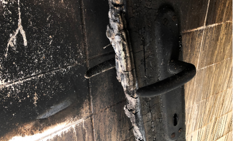 Casa pega fogo e assusta família