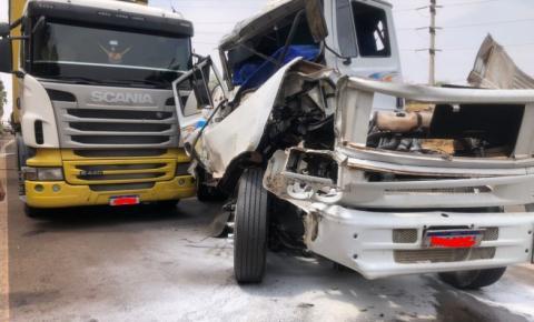 Acidente entre caminhões assusta na SP-255 em Araraquara