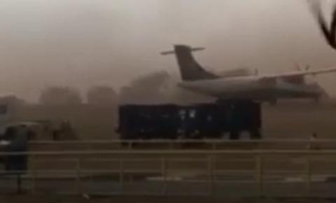 Vídeo: Avião da Azul vira com a força do vento em tempestade de areia na região
