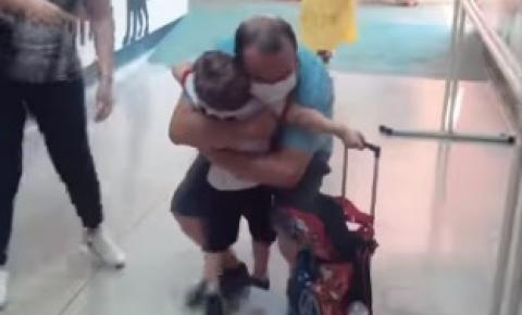Netinho chora ao reencontrar avô, após meses distância, por conta da pandemia